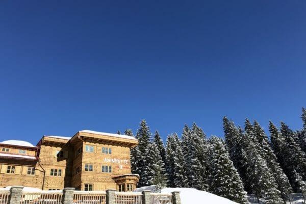 auenhuette-laubela-aussenansicht-wald-schnee-winter