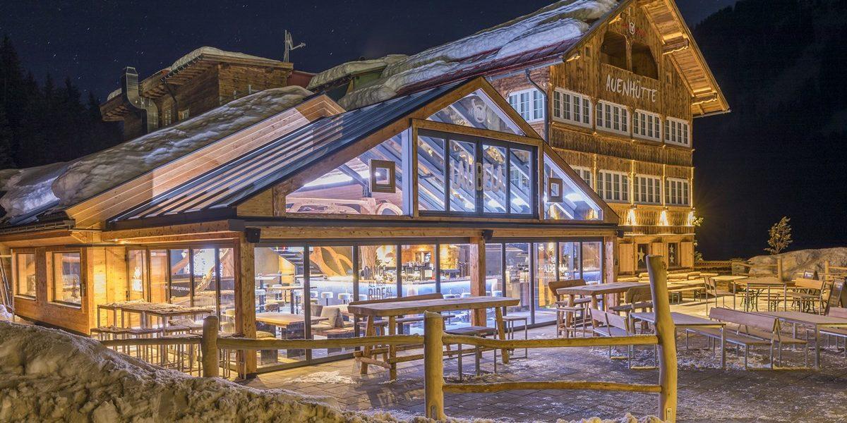 auenhuette-laubela-aussenansicht-winter-nacht