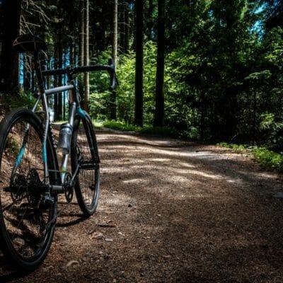 auenhuette-kleinwalsertal-aktiv-mountainbike-von-hinten-fotografiert