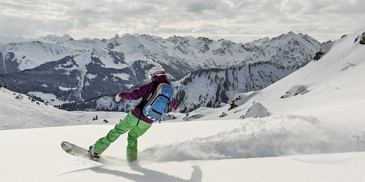 Snowboarder im Pulverschnee - Kleinwalsertal