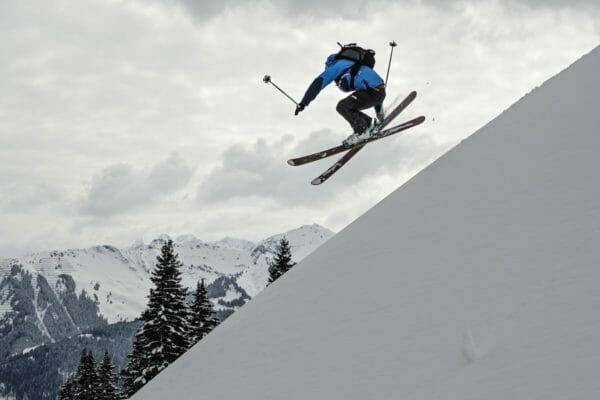 Freeski Skifahrer im Kleinwalsertal